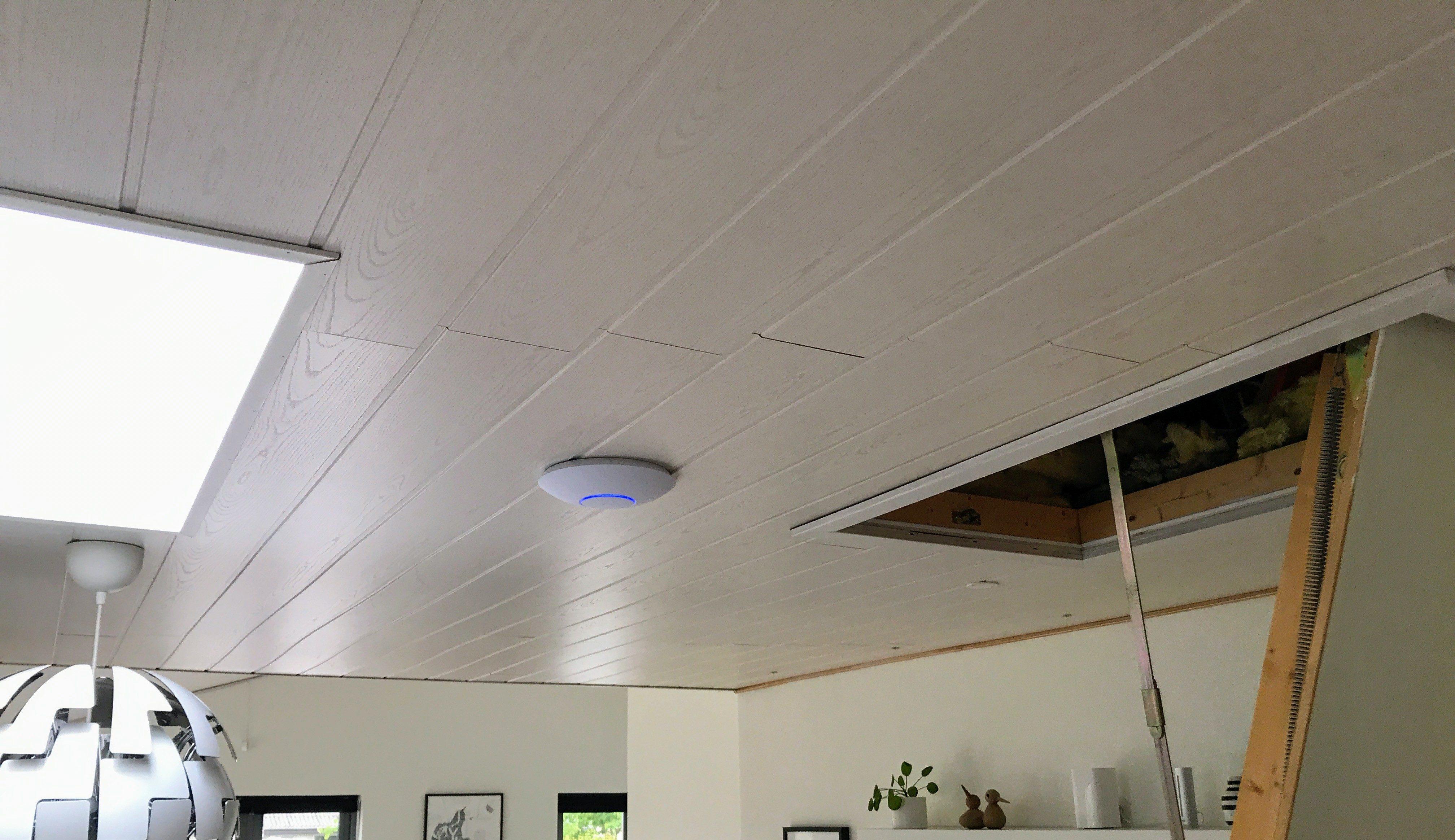 Unifi AP AC HD monteret i loftet over spisestuen